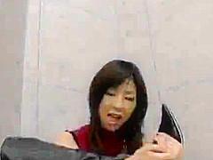 【佐伯奈々】身長170cmとモデル体型のお姉さんがニーハイブーツを履いたままM男のチンポを足コキ