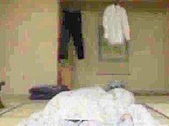 【波多野結衣】結衣ママが寝てる息子のチンポをフェラチオ!ムラムラしたママも息子に手マンさせる