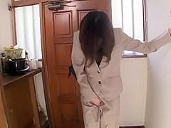 ショートカットの美魔女が玄関先でおしっこを我慢できずにその場でお漏らししてしまう。