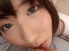 【飛鳥りん】同棲中の彼女が朝立ちしてるデカチンを美味しそうにフェラ