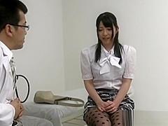 【上原亜衣】診察にきたお姉さんが医者の言われるがままに全裸にさせられてマンコに電マ当てられる