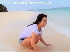 【桐山瑠衣】爆乳Jカップ瑠衣ちゃんが黄色のビキニで砂浜ではしゃいでるIV