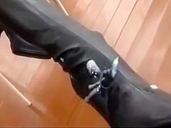 スレンダーなお姉さんが履いてるブーツに汁男優が次から次へと精子をぶっかける