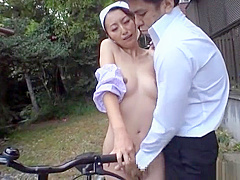 【青木玲】なぜか裸で家の外を掃除してる母親が息子に命令されて青姦セックス