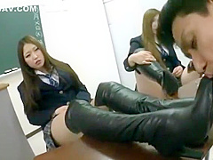 4人のニーハイブーツを履いた女子高生のブーツを舐めさせられたりチンポを踏まれたり…