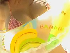 【鷹羽澪】水着から溢れんばかりのIカップのマシュマロバストで砂浜でのグラビア撮影