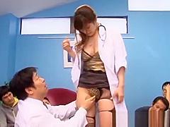 【彩佳リリス】病院の待合室で爆乳の女医さんが患者の前で男性医師から手マンでイカせる