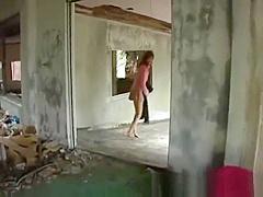 【片瀬あき】廃墟で全裸のお姉さんに手マンで感じさせる