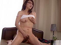 Kondou Ikumi mature Asian babe in glasses in masturbation action